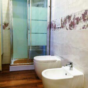 Bagno con mattonelle e parquet, Boccia Costruzioni